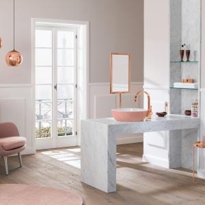 Serii kolorowych umywalek w pastelowych barwach towarzyszą dodatki w miedzianym kolorze - bateria umywalkowa, dekoracyjne lampy oraz stołek i lustro. Fot. Villeroy & Boch