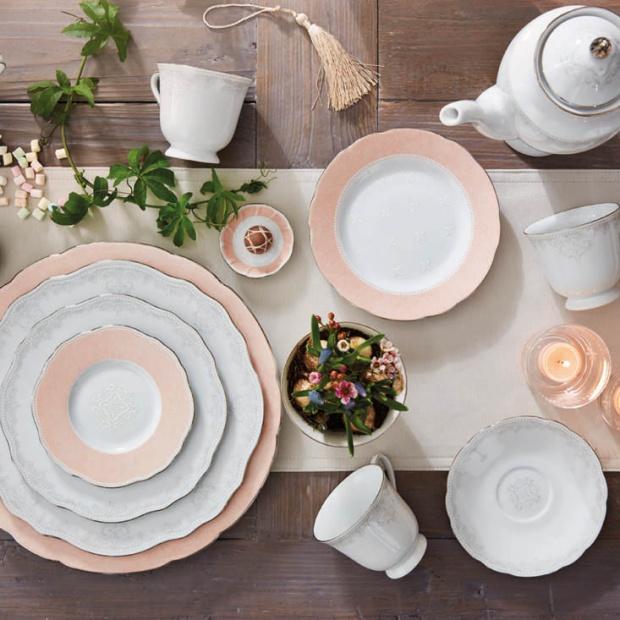 Słodkości na stole: piękna porcelana w kolorze pudrowego różu