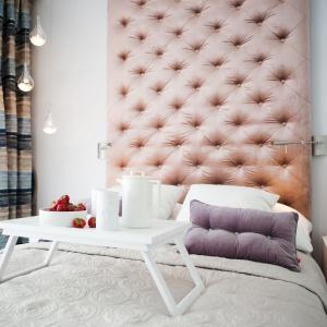 W tej pięknej romantycznej sypialni urządzonej we francuskim stylu oświetlenie nad łóżkiem jest delikatne, wręcz eteryczne, a jego rolę pełnią 3 lampki w szklanych oprawach wiszące na róznej długości oplotach. Oprócz nich, po obu stronach dużego tekstylnego zagłówka dyskretnie umieszczono proste, metalowe lampki. Projekt: Arkadiusz Grzędzicki. Fot. Adam Ościłowski