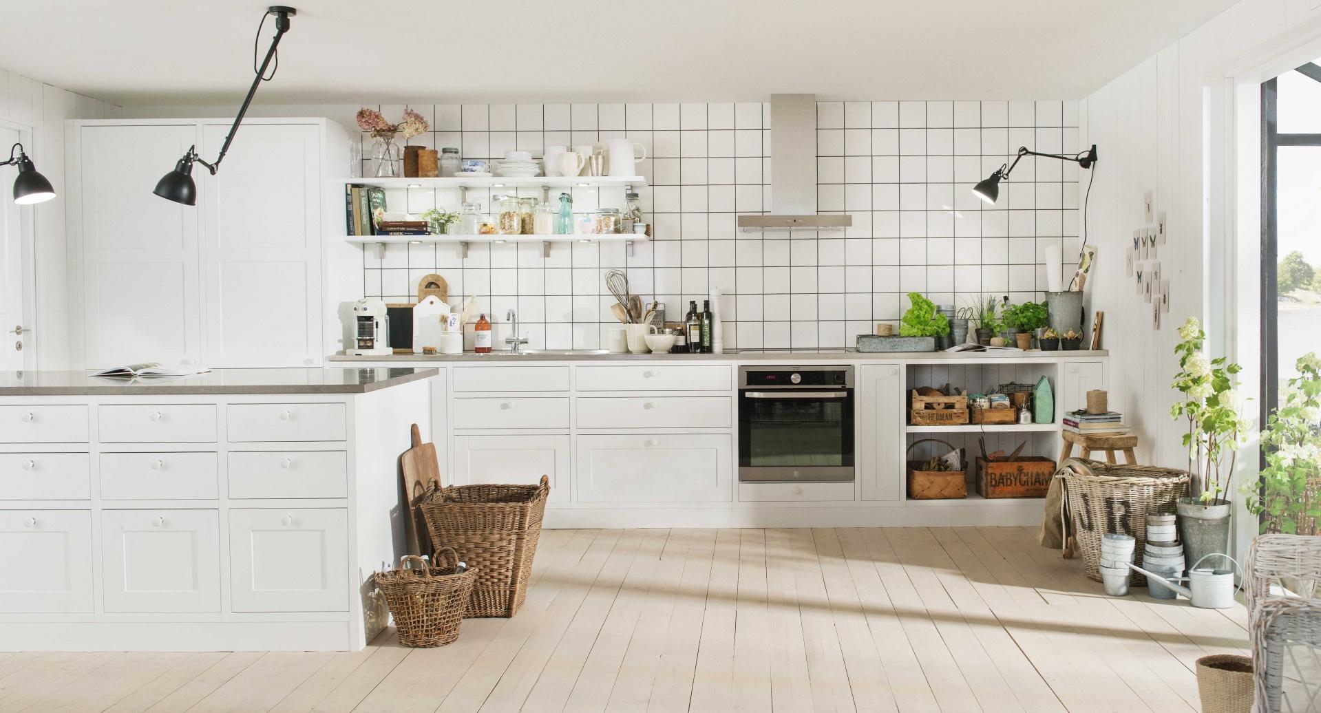 Białe meble kuchenne, jasna drewniana podłoga oraz czarne dodatki w loftowym charakterze - wręcz podręcznikowa aranżacja kuchni w skandynawskim stylu od szwedzkiej marki meblowej. Fot. Marbodal