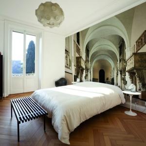 Fototapeta Civitas dzięki daleko poprowadzonej perspektywie optycznie powiększyła wnętrze, a architektura, którą przedstawia nadaje sypialni szlachetny wygląd. Fot. Glamora