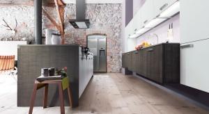 Kamień to klasyczny materiał wykorzystywany w aranżacji wnętrz. Przekonajcie się, jak ciekawie może ozdobić przestrzeń kuchni.