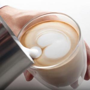 Przy odrobinie wprawy będziemy w stanie wyczarować piękne wzory na naszej pysznej kawie! Fot. Philips