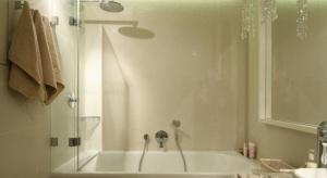 Dzięki niemu woda nie będzie chlapać na podłogę i łazienkowe sprzęty. Bateria prysznicowa, osłonięta szklaną szybą, pozwoli wziąć szybki prysznic bez chlapania wodą poza wannę.