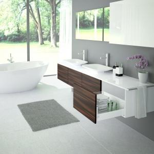 W większej łazience znajdzie się na pewno miejsce na więcej szuflad, tak by można było przechowywać w nich również zapasy czystych ręczników czy szlafroki, które nie wyglądają estetycznie wisząc na ścianie. Eleganckie przeszklenie boku szuflady ArciTech dodaje meblom prestiżu i lekkości. Fot. Hettich
