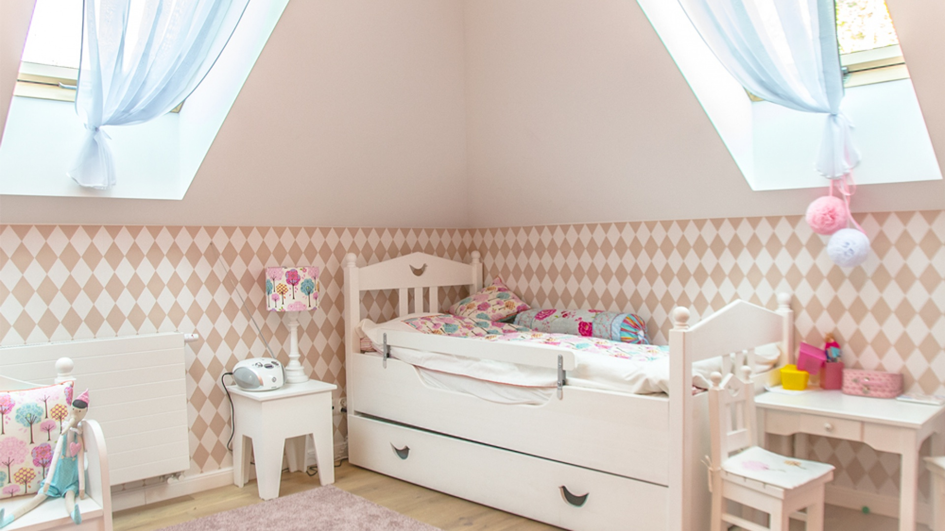 Wystrój pokoju 4-letniej Mileny jest dowodem na to, że dziecięce wnętrza nie muszą oznaczać ferii barw i dużej ilości pstrokatych dodatków. Pokój jest subtelny i elegancki, ale udało się stworzyć w nim radosny, dziecięcy klimat. MANO Architekci - Pokój Mileny zdjęcie aranżacyjne.