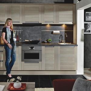 Singiel Plus to przykładowa aranżacja zestawu, mieszcząca się na ścianie o długości 300 cm. Mieści w sobie wszystko, co jest niezbędne do codziennego funkcjonowania w kuchni. To propozycja dla osób, które nie mają czasu na konsultacje z projektantem, a chcą mieć w pełni funkcjonalną kuchnię. Fot. KAM