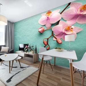 W szarym salonie akceny turkusowe i różowe ożywiają aranżację wnętrza. Fot. Living Style