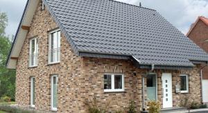 Jeśli marzy nam się urokliwy dom w klasycznym wydaniu to najlepiej sprawdzi się dwuspadowy dach pokryty prawdziwą ceramiką.