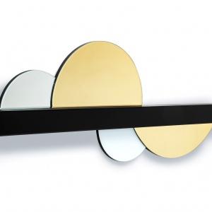 Oryginalna dekoracja ścienna Objectivity Circle oparta o motyw subtelnego półkola. Wzdłuż czarnej, prostokątnej listwy zamontowano szklane zdobienia. Wykonana z MDF-u i kolorowego szkła lustrzanego. Fot. Kare Design/9design