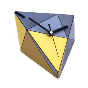 Zegarek Spicy wykonany ze sklejki drewnianej, pomalowanej farbami akrylowymi. Kolorowe wykończenie idealnie pasuje do fantazyjnej, geometrycznej formy. Fot. Clock Wood Studio/Pakamera