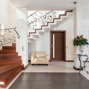 Skrzydła FORTIMO charakteryzują się nowoczesnym wzornictwem, prostym, geometrycznym szkleniem oraz bogatą kolorystyką powierzchni laminowanych. Fot. Pol-Skone
