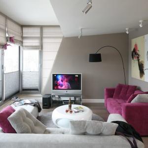 Salon ma charakter nowoczesny, ale nie brakuje w nim elementów stylu glamour jak np. różowe kanapy. Projekt: Małgorzata Borzyszkowska. Fot. Bartosz Jarosz