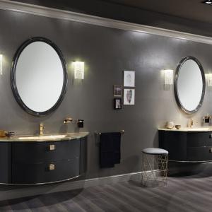 Propozycja aranżacji łazienki zaprezentowana przez włoską markę meblarską. Magnifica to luksusowa kolekcja klasycznych mebli, dla których idealnych uzupełnieniem są okrągłe lustra w czarno-złotych ramach. Fot. Scavolini