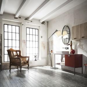 Urbanistyczne motywy przeplatają się z barokowymi dodatkami, a całości dopełnia okrągłe lustro w prostej, czarnej ramie. Ta aranżacja łazienki rozprawia się ze wszystkimi konwencjami. Fot. Cerasa, kolekcja Urban Play