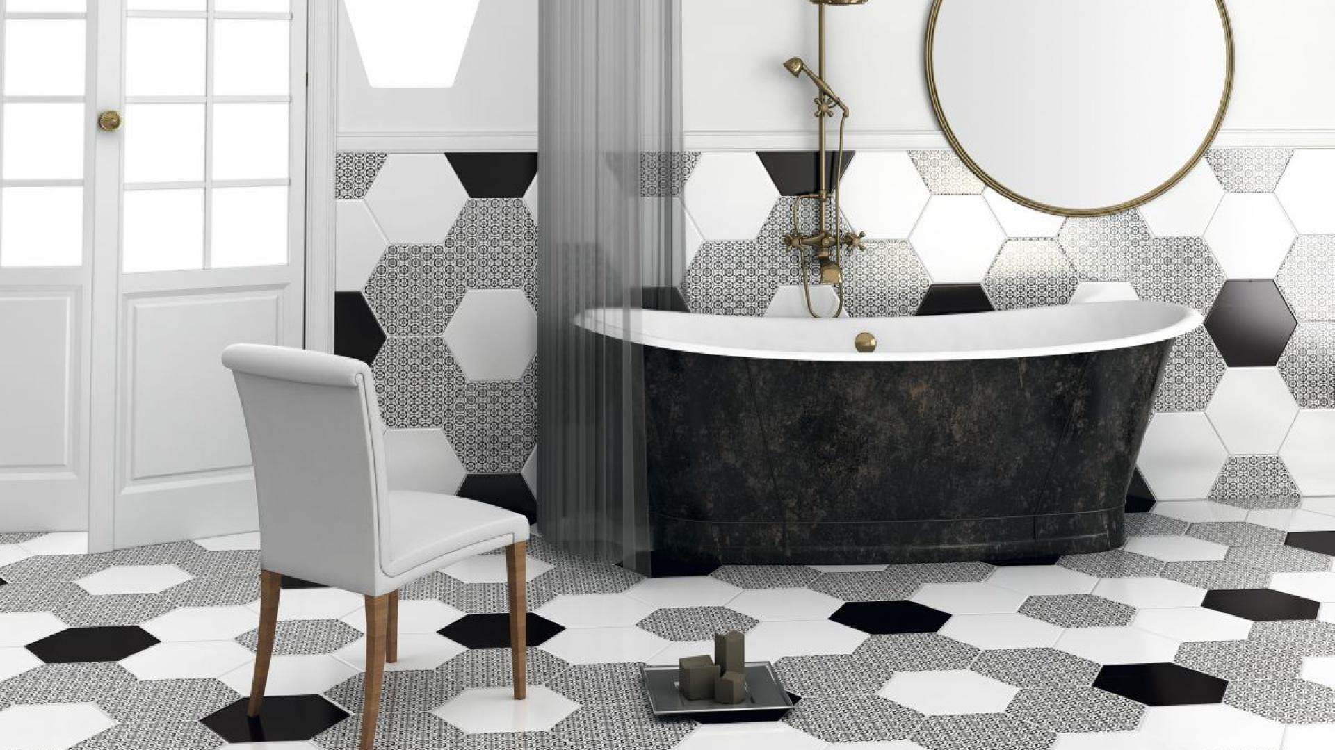 Najpopularniejszym zastosowaniem sześciokątów są heksagonalne płytki ceramiczne. Tutaj w monochromatycznej eleganckiej łazience. Fot. Ceranosa