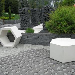Meble betonowe o wymownej nazwie Plaster Miodu o sześciokątnej podstawie są idealne do nowoczesnych przestrzeni wokół domów. Fot. Libet