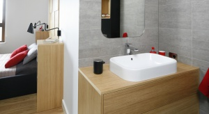 Dobierając sanitariaty, armaturę i meble, warto zadbać nie tylko o wizualną stronę wnętrza, ale i o wysoki poziom funkcjonalności rozwiązań, zwłaszcza w małej łazience.