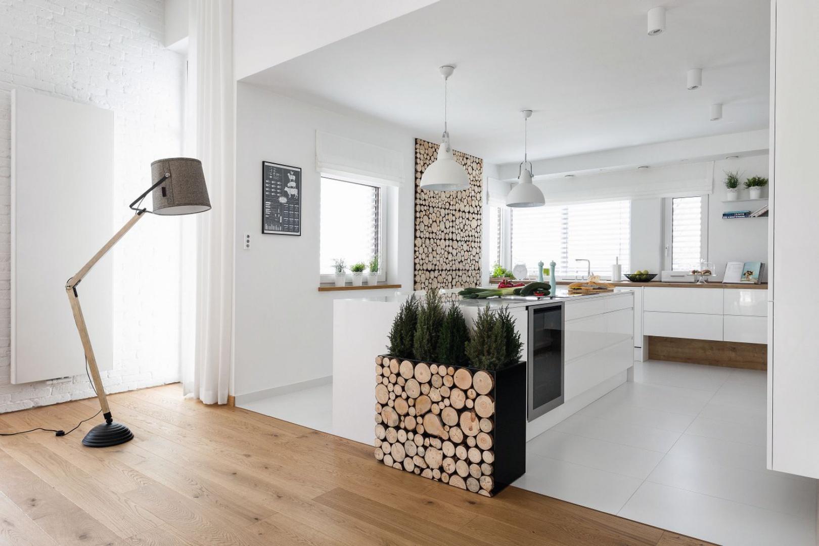 Białą zabudowę zestawiono z oryginalnymi drewnianymi akcentami w kształcie pieńków. Fot. Pracownia Mebli Vigo, kuchnia Kruppe