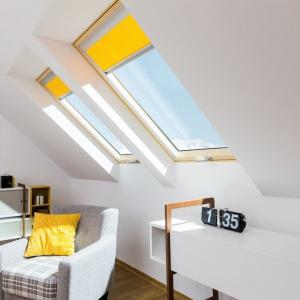 Rolety wewnętrzne chronią przed światłem słonecznym i są idealnym urozmaiceniem wystroju wnętrza. Tutaj w żywych żółtym kolorze, zharmonizowanym z dekoracyjną poduszką. Fot. Fakro