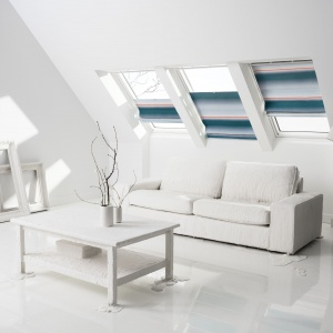 Dzięki płynnej i elastycznej obsłudze, roletę rzymską FHB możemy ustawić w dowolnej pozycji na oknie dachowym. Fot. Velux