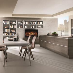 W nowoczesnej kuchni połączono motyw drewna na gładkich frontach ze stalowymi wstawkami pomiędzy. Fot. Nobilia