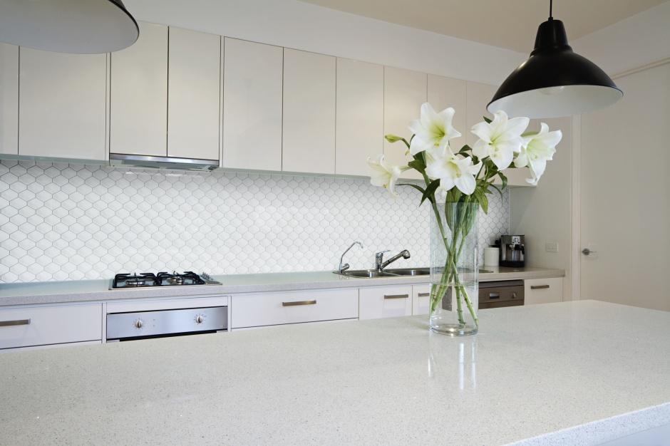 Diamond - mozaika trójwymiarowa w bialej kuchni. Fot. Raw Decor