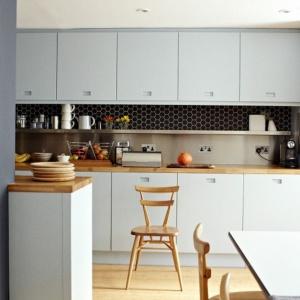 Ciemna przestrzeń nadblatowa w jasnej kuchni z płytką ceramiczną heksagonalną. Fot. Raw Decor