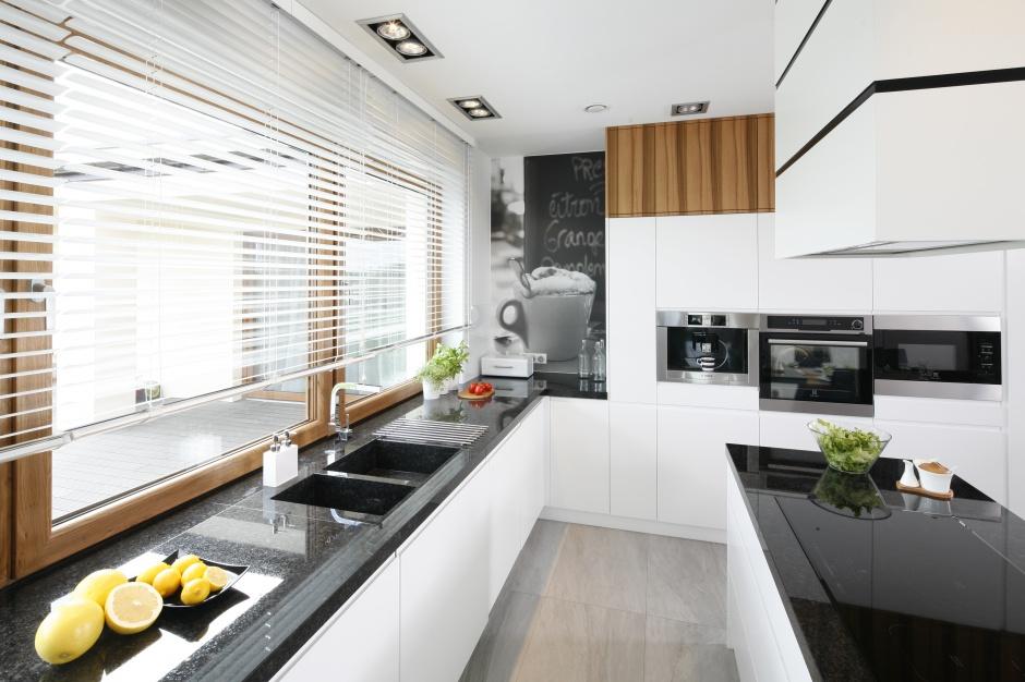 Nowoczesna biała kuchnia Kuchnia bez szafek górnych