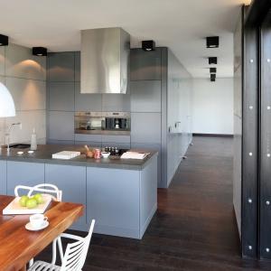 W tej kuchni urządzonej w stylu loft wysoką zabudowę zestawiono z pojemnym półwyspem. Dzięki temu można była zrezygnować z górnych szafek. Projekt: Justyna Smolec. Fot. Bartosz Jarosz