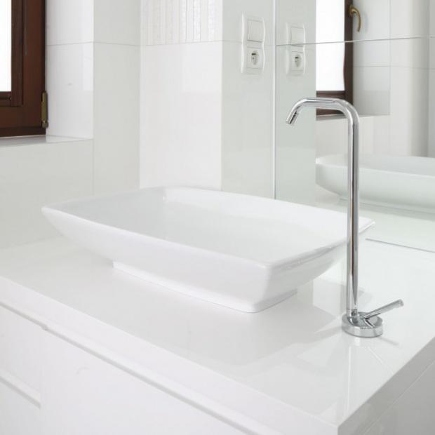 Mała łazienka w bieli - gotowy projekt dla nastolatki