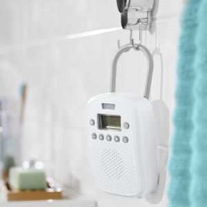 Radio łazienkowe wyposażone jest w zintegrowany czujnik ruchu, który sprawia, że włącza się za każdym razem gdy ktoś wchodzi do łazienki. Cena: ok. 180 zł. Fot. Tchibo
