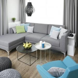 Szara kanapa narożna została wybrana do nowoczesnego salonu, który ożywają dodatki w kolorach turkusu i seledynu. Projekt: Małgorzata Galewska. Fot. Bartosz Jarosz