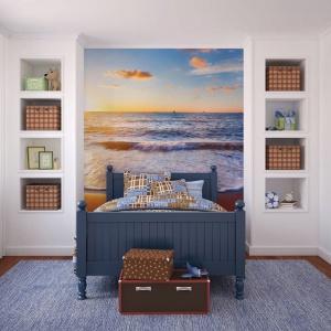 Na ścianie za łóżkiem zawisła fototapeta ukazująca piękny krajobraz morskch fal o zachodzie słońca. Kolorystyka wnętrza idealnie wpisuje się w narzuconą przez widok konwencję. Fot. Dekornik