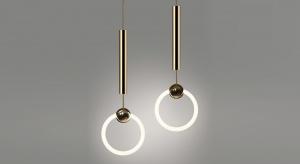Lampy we wnętrzach muszą przede wszystkim dostarczać odpowiedniego światła tam, gdzie go brakuje. Ale dzięki oświetleniu, dzięki grze światłem i cieniem, dzięki kształtom opraw i źródeł światła możemy kreować przestrzeń i nadawać jej