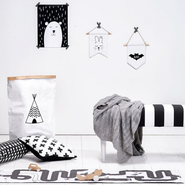 Salon w stylu skandynawskim: modne ławki, podnóżki i stoliki
