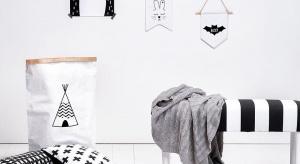 Urządzając salon w stylu skandynawskim warto sięgnąć po meble pomocnicze, takie jak dekoracyjne ławki czy podnóżki, których charakterystyczny kształt i wzorzysta tapicerka doskonale podkreślą styl wnętrza.
