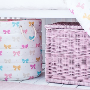 Różowy wiklinowy kosz z pokrywką. Fot. Lamps & Company