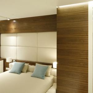 Jasne kolory zastosowane w aranżacji sypialni optycznie powiększają małe pomieszczenie. Projekt: Monika i Adam Bronikowscy. Fot. Bartosz Jarosz