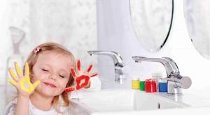 Jak urządzić łazienkę, aby była bezpieczna dla najmłodszych? Dowiecie się w tym artykule.