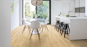 Obecnie podłogi winylowebardzo realistycznie odtwarzają wygląd i fakturę naturalnych materiałów takich jak drewno czy płytki ceramiczne, a ponadto są trwałe i bezpieczne dla użytkowników. Sprawdź nową kolekcję belgijskiej marki Quick-Step.