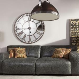 Duży tarczowy zegar idealnie pasuje do salonów w stylu vintage. Fot. Inne Meble