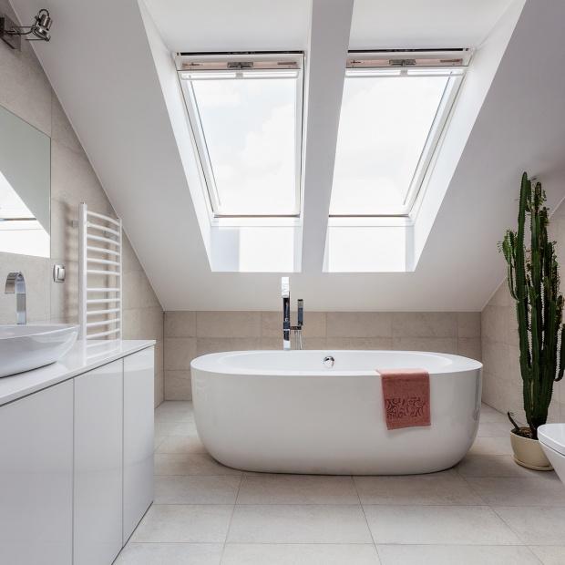Łazienka na poddaszu: tak urządzisz przestrzeń pod skosami