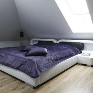Nieco kosmiczne, futurystyczne łóżko małżeńskie stoi na klasycznej, drewnianej podłodze. Projekt: Marta Kilan. Fot. Bartosz Jarosz