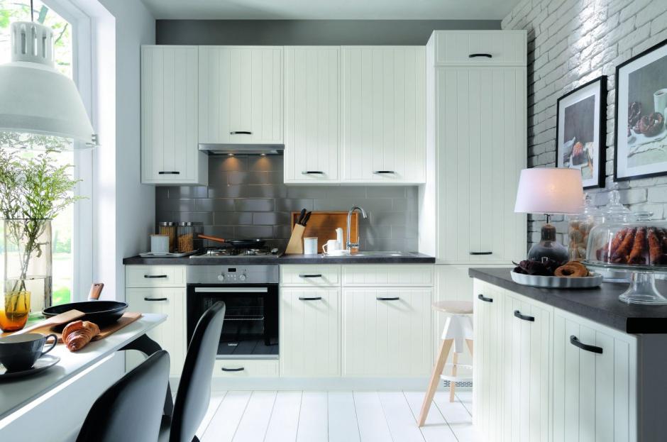 Białe, delikatnie Biała kuchnia z ciemnym blatem   -> Biala Kuchnia Uchwyty Frezowane