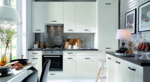 Biała kuchnia cieszy się nieprzerwaną popularnością. Abydodać jej odrobiny mocniejszego charakteru, warto wybierać meble, które wieńczy czarny lub ciemny blat.