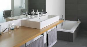 Chłodna, ponadczasowa kolorystyka wyznacza elegancki styl, zaś wanna i kabina prysznicowa zapraszają do przyjemnego relaksu.