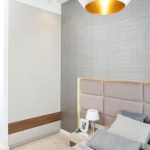 W sypialni - podobnie, jak w pozostałej części mieszkania - ozdobą są designerskie lampy Toma Dixona. Projekt: Agnieszka Hajdas-Obajtek. Fot. Bartosz Jarosz