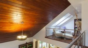Ściany wykończone drewnem nadają aranżacji ciepła i przytulności, dlatego stanowią ponadczasowy element wystroju wnętrz.