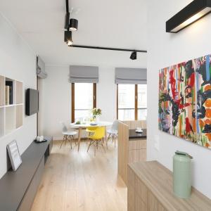 Dynamiczny charakter stylizacji gwarantuje również zastosowanie różnych materiałów i barw.